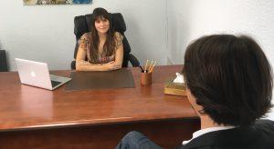 La psicóloga de Valencia Estefanía Cárcel atendiendo a un paciente