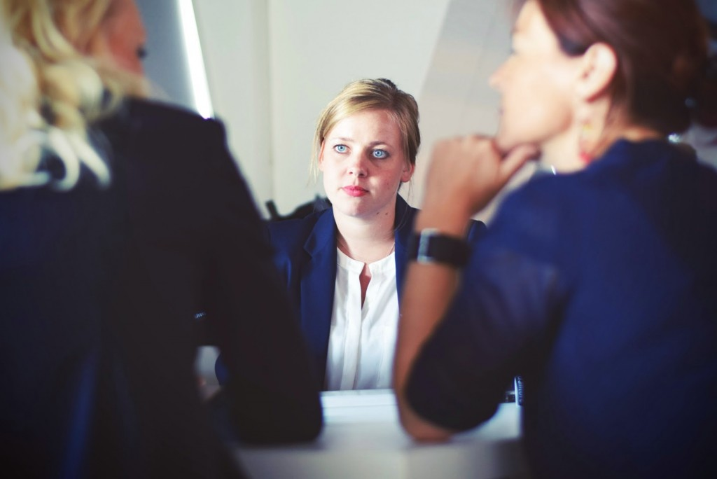 chica en entrevista de trabajo