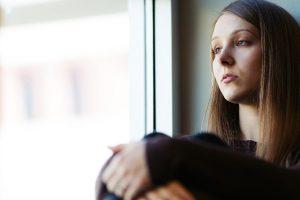 mujer teniendo pensamientos negativos