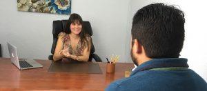 La psicóloga de Valencia Estefanía Cárcel tratando ataques de pánico