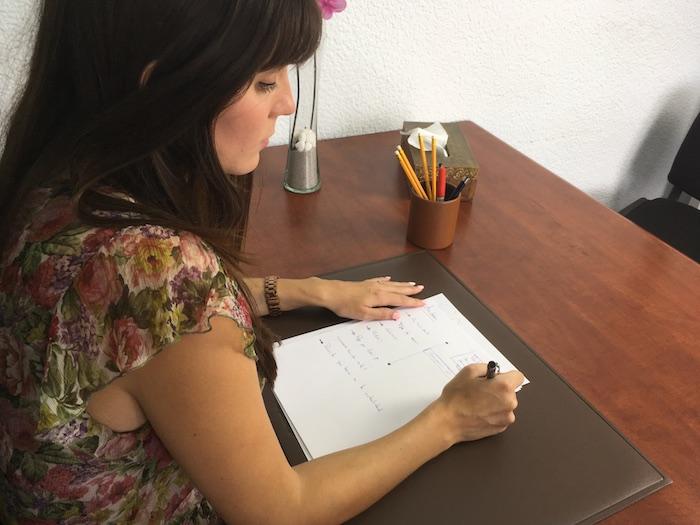 La psicóloga Estefanía Cárcel en la consulta de Valencia