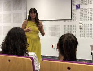 """La psicóloga Estefanía Cárcel en un momento del a charla """"Sexo y Placer"""""""