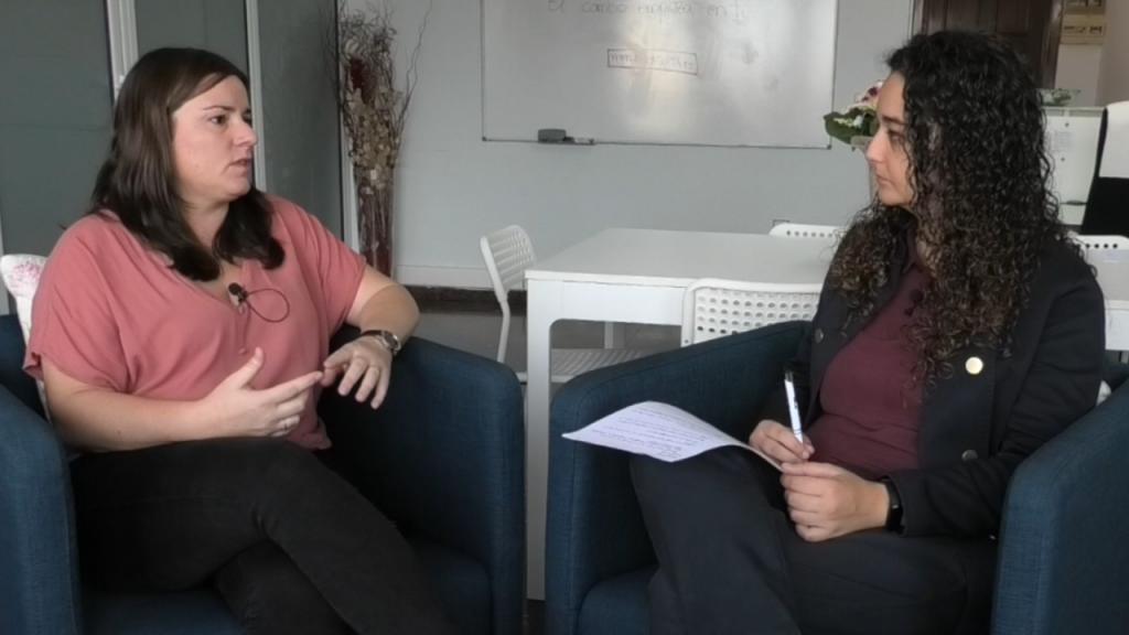 La psicóloga Roberta Carimati en un momento de la entrevista con la psicóloga Andrea Mezquida