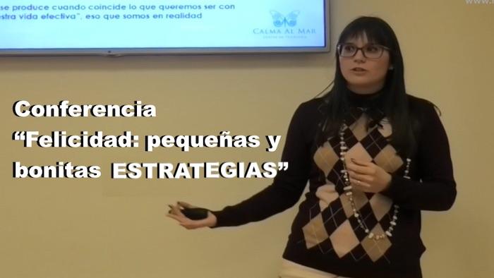 La psicóloga Estefanía Cárcel en un momento de la conferencia, en Valencia