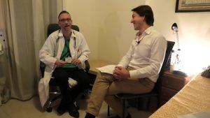 El Doctor Jesús Escribá con el psicólogo Fernando Pena en un momento de la entrevista