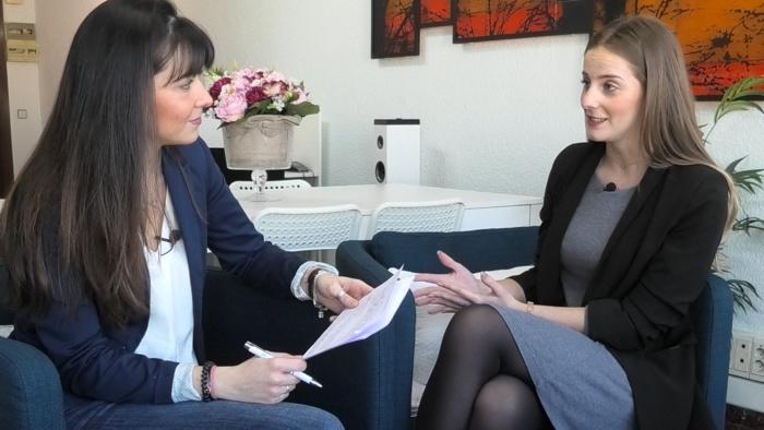 Rocío Penas (derecha) en un momento de la entrevista con la psicóloga Isabel Amat (izquierda)