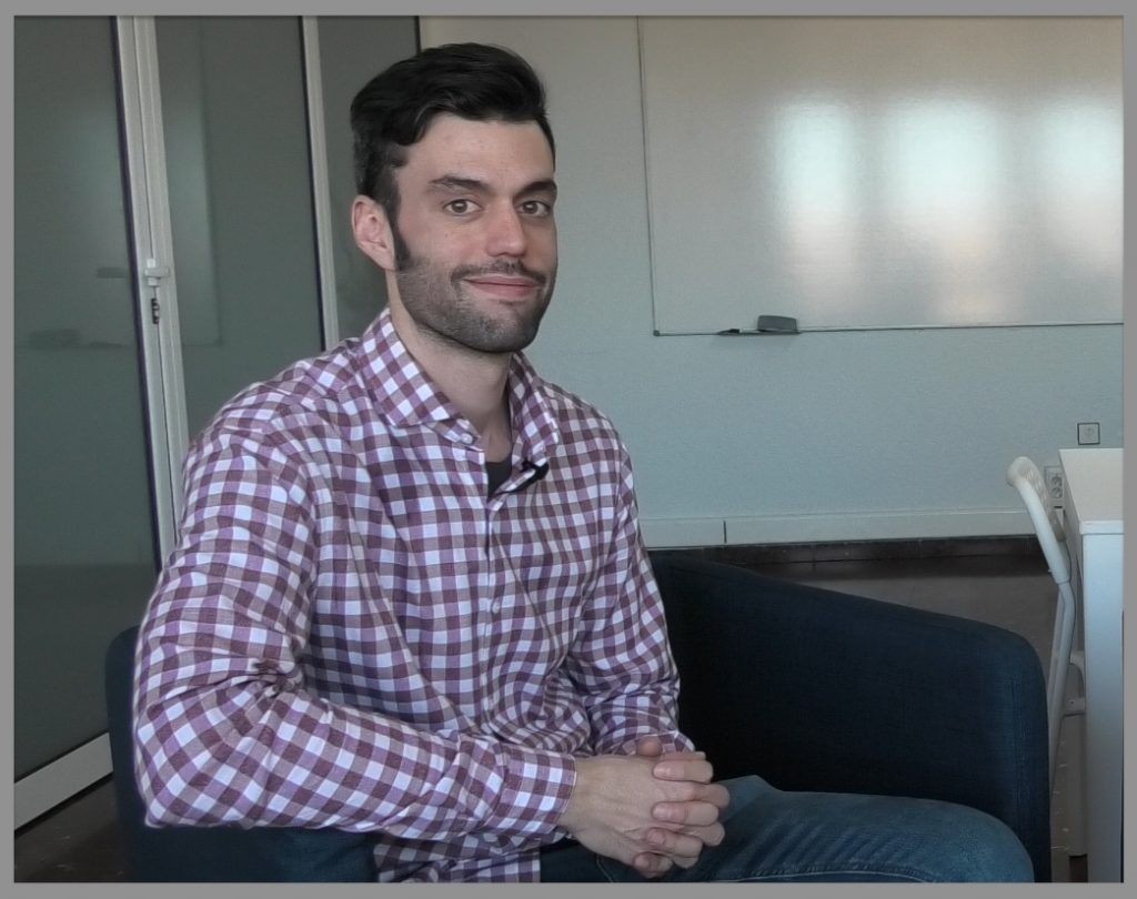 El psicólogo Carlos Galán en un momento de la entrevista.