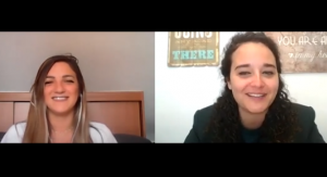 La psicóloga Laura Ruiz con la psicóloga Andrea Mezquida en un momento de la entrevista