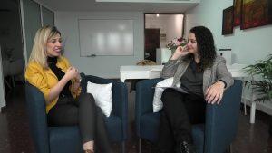La psicóloga Sara Hernández con la psicóloga Andrea Mezquida
