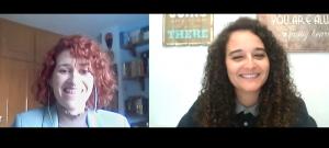 La psicóloga Rebeca Alcocer con la psicóloga Andrea Mezquida en un momento de la entrevista.
