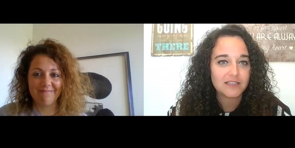 La psicóloga Ana Mouliaá con la psicóloga Andrea Mezquida en un momento de la entrevista.