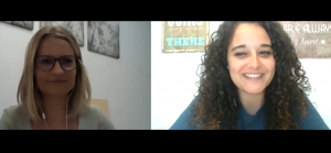La psicóloga Eva Díez con la psicóloga Andrea Mezquida en un momento de la entrevista.