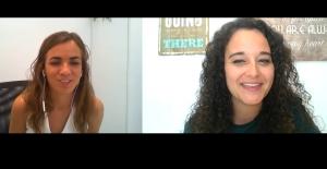 La psicóloga Marina Baquero con la psicóloga Andrea Mezquida en un momento de la entrevista.